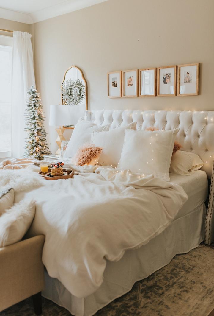 挂着照片墙的浪漫卧室